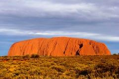 Landschap met zonsondergang bij Ayers-Rots (Unesco) in Uluru-het nationale park van katatjuta, Australië stock afbeeldingen