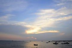 Landschap met zonsondergang bij de kust en de mooie hemel, Bangpha, Thailand Royalty-vrije Stock Afbeeldingen