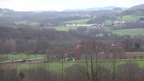 Landschap Mist in de vallei van de bergen Bergweg De regenachtige dag van de herfst stock footage