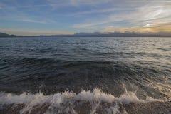 Landschap Ohridmeer bij zonsondergang Met golven die op de kust opsplitsen stock afbeeldingen