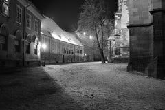 Landschap onder schijnwerpers achter de Zwarte Kerk Brasov Roemenië royalty-vrije stock afbeelding