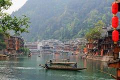 Landschap op de rivier van oude Chinese traditionele stad royalty-vrije stock foto