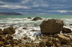 Landschap op het overzees, de branding op de rotsachtige kust van de Zwarte Zee, de Krim Royalty-vrije Stock Afbeeldingen