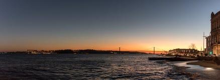 Landschap op zonsondergang van de rivier Tagus en de 25ste april-brug Royalty-vrije Stock Afbeeldingen