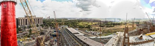 Landschap, panorama, mening van fabriekskrottenwijken met metaalschillen en machines voor de productie van de cokesindustrie, stock afbeelding