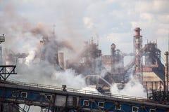 Landschap, panorama, mening van fabriekskrottenwijken met metaalschillen en machines voor de productie van de cokesindustrie, royalty-vrije stock foto