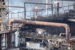Landschap, panorama, mening van fabriekskrottenwijken met metaalschillen en machines voor de productie van de cokesindustrie, royalty-vrije stock foto's