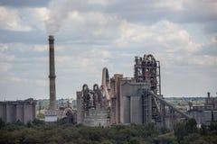 Landschap, panorama, mening van fabriekskrottenwijken met metaalschillen en machines voor de productie van de cokesindustrie, stock fotografie