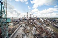 Landschap, panorama, mening van fabriekskrottenwijken met metaalschillen en machines voor de productie van de cokesindustrie, stock foto's