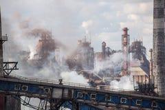 Landschap, panorama, mening van fabriekskrottenwijken met metaalschillen en machines voor de productie van de cokesindustrie, stock afbeeldingen