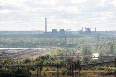 Landschap, panorama, mening van fabriekskrottenwijken met metaalschillen en machines voor de productie van de cokesindustrie, royalty-vrije stock afbeelding