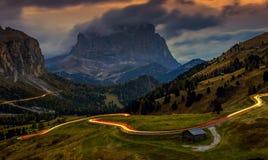 Landschap in Passo Gardena - blauw uur na zonsondergang, lange blootstelling, Dolomiet, Italië stock foto's