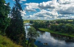 Landschap, rivier, dorp Royalty-vrije Stock Foto's
