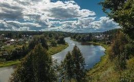 Landschap, rivier, dorp, heuvel Stock Fotografie