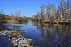 Landschap rond de herfstrivier Voor het spiegel-vlotte water, de bezinningen van de zichtbare bomen Royalty-vrije Stock Fotografie