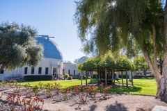Landschap in Santa Clara Mission-tuinen; Ricard Memorial Observatory op de achtergrond royalty-vrije stock fotografie