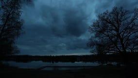 Landschap timelapse bij avond door het meer stock footage