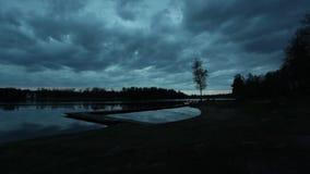 Landschap timelapse bij avond door het meer stock video