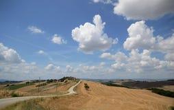 Landschap van ascianoheuvels met een landweg royalty-vrije stock afbeeldingen