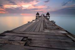 Landschap van Beboste brug in de haven tussen zonsopgang royalty-vrije stock foto's