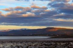 Landschap van berg bij Cromarty-Firth tijdens Zonsondergang in Invergordon royalty-vrije stock afbeelding