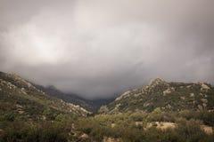 Landschap van Berg en Bewolkte Hemel Royalty-vrije Stock Afbeeldingen