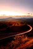 Landschap van berg met lichte slepen van auto op weg, Chiang M Stock Afbeelding