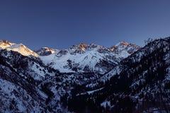 Landschap van bergen bij de winter stock foto