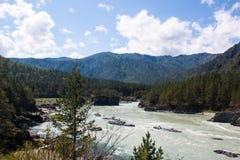 Landschap van bergen en drukke rivier Stock Fotografie