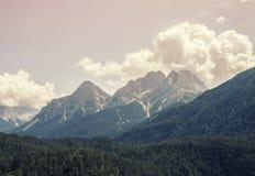 Landschap van Bergen en gras van Zuid-Tirol Stock Afbeelding