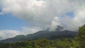 Landschap van bergen en hemel Camiguineiland stock videobeelden