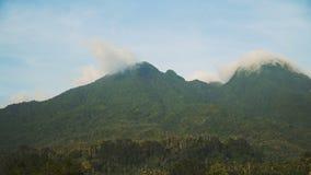 Landschap van bergen en hemel Camiguineiland stock footage