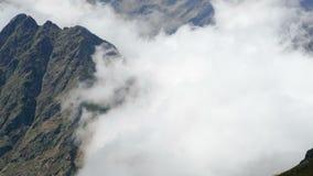 Landschap van bergen en mist Hypertijdspanne stock footage