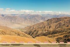 Landschap van bergketen op de manier aan Everest-basiskamp in Tibet, China Stock Afbeelding