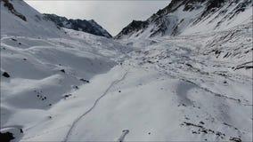 Landschap van bergsneeuw en vallei stock videobeelden