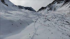 Landschap van bergsneeuw en vallei stock video