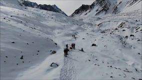 Landschap van bergsneeuw en vallei stock footage