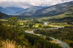 Landschap van Blauw rivier, vallei en bos in Gr Bolson, argenti stock foto's