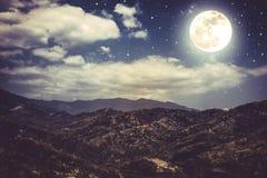 Landschap van blauwe donkere nachthemel met vele sterren en bewolkt Stock Afbeelding