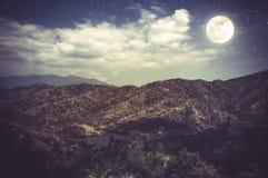 Landschap van blauwe donkere nachthemel met vele sterren en bewolkt Stock Fotografie