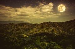Landschap van blauwe donkere nachthemel met vele sterren en bewolkt Royalty-vrije Stock Foto's