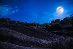 Landschap van blauwe hemel met wolk en mooie volle maan Donker t Royalty-vrije Stock Foto's