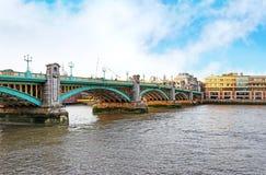 Landschap van brug boven de rivier van Theems in de stad van Londen stock afbeeldingen