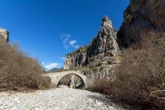Landschap van Brug van Missios in van Vikos de kloof en van Pindus Bergen, Zagori, Epirus, Griekenland royalty-vrije stock foto