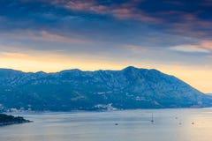 Landschap van Budva-riviera in Montenegro Dramatisch ochtendlicht De Balkan, Adriatische overzees, Europa royalty-vrije stock afbeeldingen