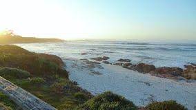 Landschap van Californië op de kustlijn bij zonsondergang stock video
