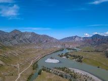 Landschap van de bergketting van Altai die met groene bomen en rotsen, met de turkooise Katun-Rivier en zijn stroomversnelling wo stock foto