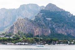 Landschap van de boot aan de bergen stock foto's