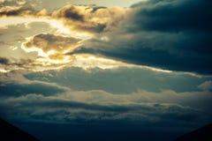 Landschap van de de wolkenschemering van de zonsondergang het Donkere Hemel Stock Afbeelding