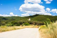 Landschap van de groene heuvels met de massieve witte wolken Royalty-vrije Stock Foto